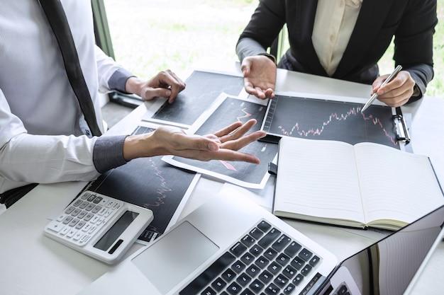 Business team bespreken van partnersamenwerking tot planning in marketingproject voor investeringshandel