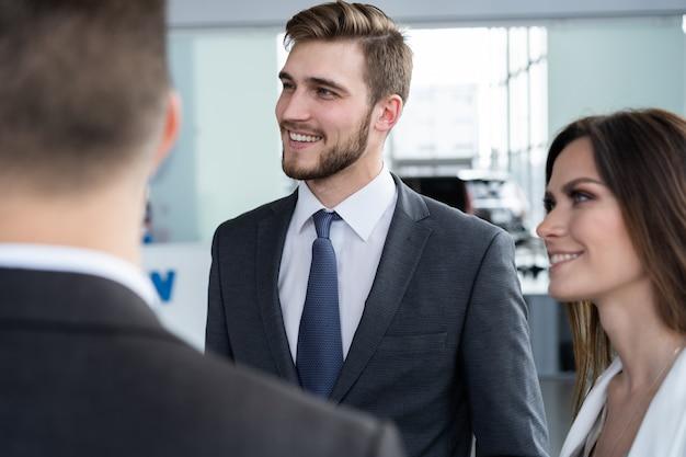 Business team bespreken werk in kantoorgebouw gang