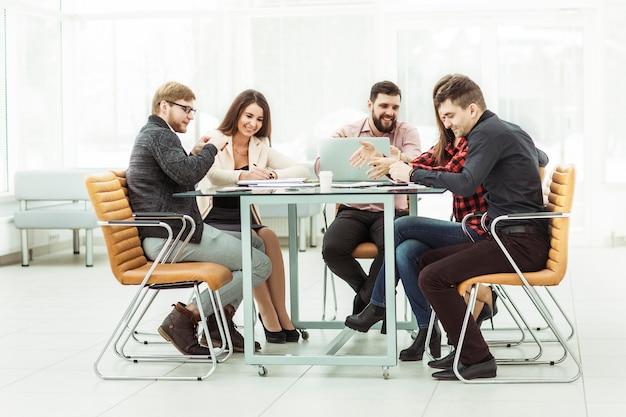 Business team bespreken werkdocumenten achter een bureau