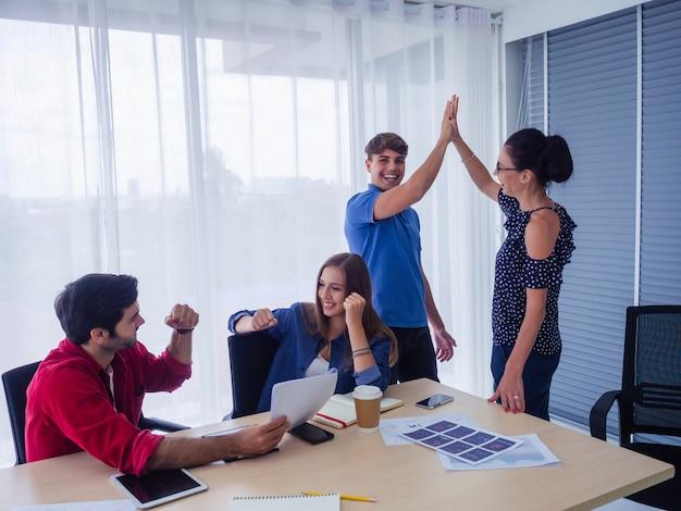 Business team celebration succes, succesvolle zakenmensen met aanraking hand samen