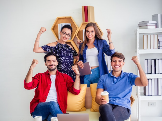 Business team celebration succes, succesvolle zakenmensen met armen omhoog