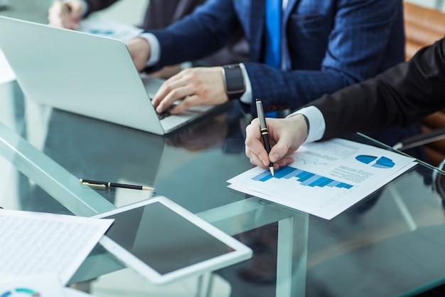 Business team dat een nieuw financieel plan van het bedrijf op de werkplek bespreekt