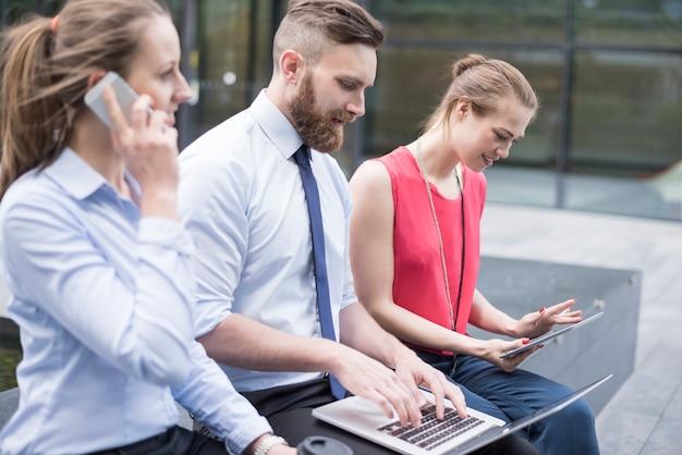 Business team dat hard werkt aan een nieuw project