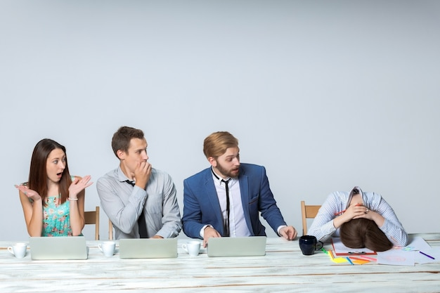 Business team dat samen op kantoor aan hun zakelijk project werkt