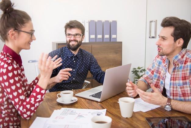 Business team dat werkt op kantoor