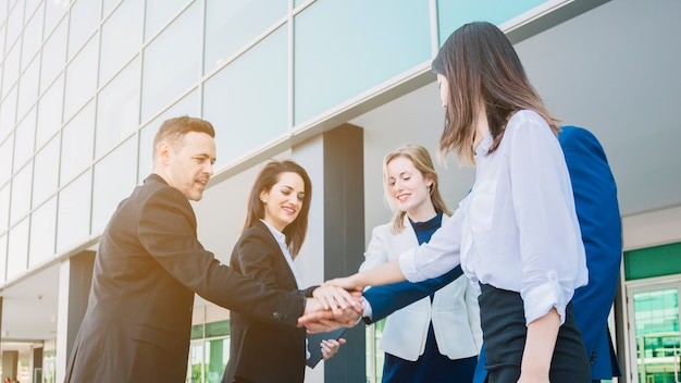 Business team handen schudden