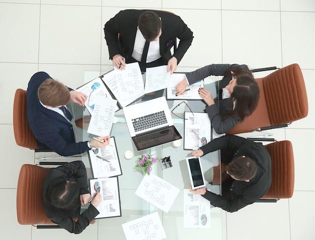 Business team houdt briefing in de vergaderruimte
