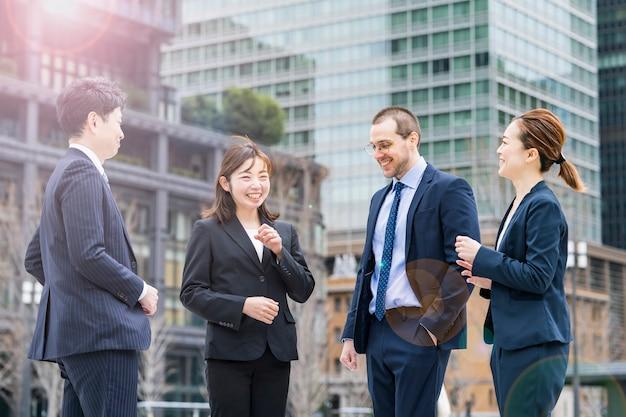 Business team in pakken praten over zakelijke distrct