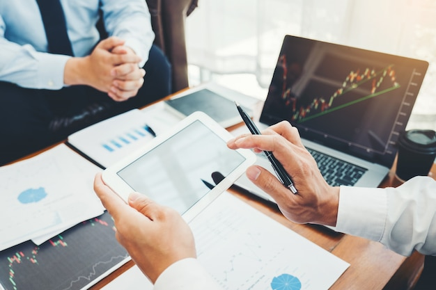 Business team investering ondernemer trading bespreken en analyseren grafiek aandelenmarkt