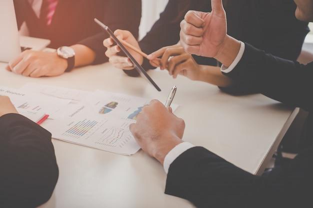 Business team is serieus te bespreken in vergadering, geen gezicht