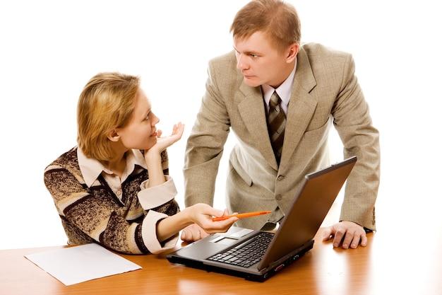 Business team man en vrouw en laptop op witte achtergrond