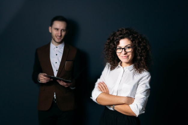 Business team man en vrouw op een blauwe achtergrond jonge startup