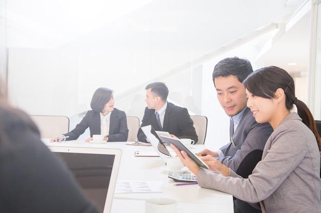 Business team ontmoet mensen op kantoor.