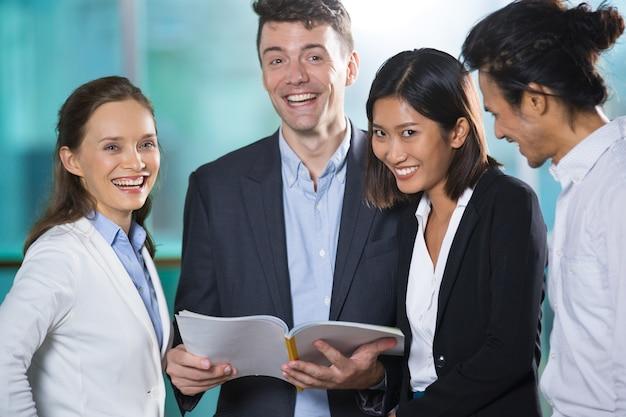 Business team reading boeken en lachen