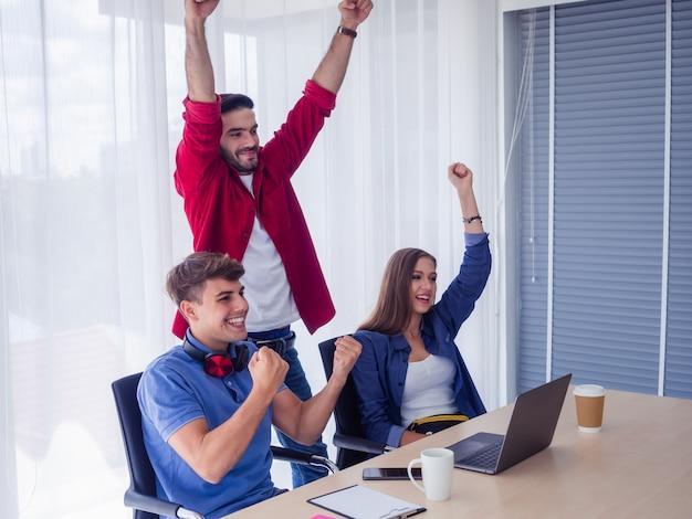 Business team vieren overwinning in kantoor, zakelijk succes, gelukkig, teamleden zijn blij om succesvol te zijn in het bedrijfsleven