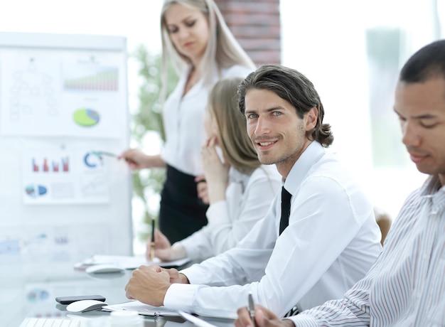 Business team voorbereiden op een bedrijfspresentatie voor een nieuw financieel project