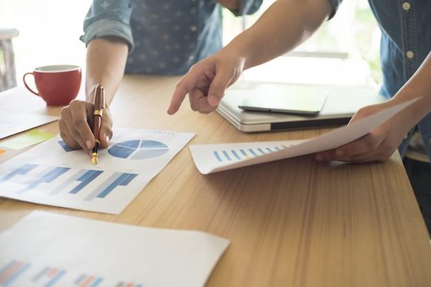 Business team werken aan een nieuw business plan met moderne digitale computer met copyspace.