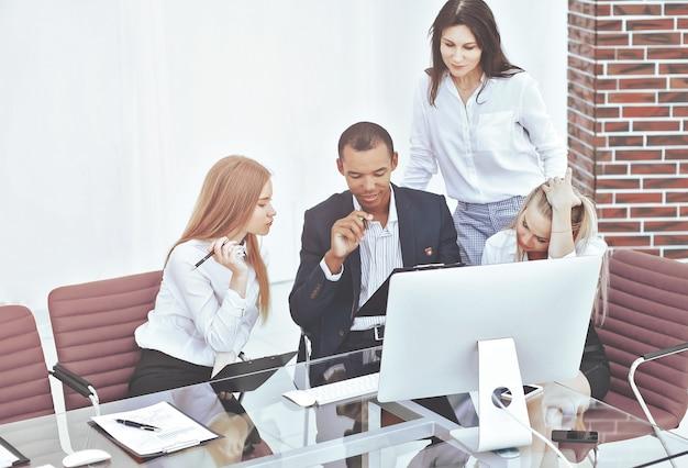Business team werkt aan een nieuw zakelijk project.office life