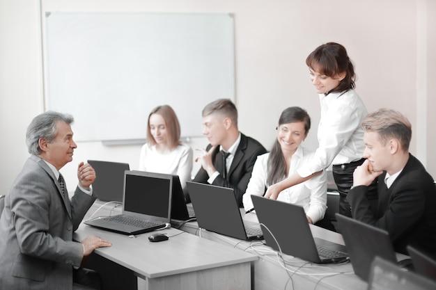 Business team werkt aan laptops in een modern kantoor