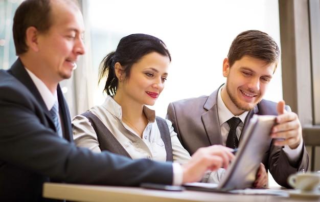 Business team werkt samen om betere resultaten te bereiken