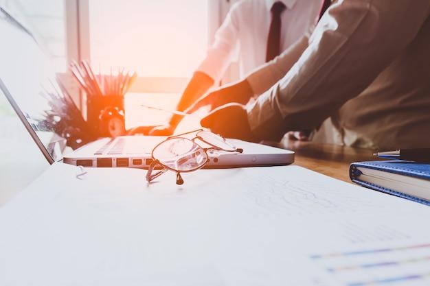 Business teamwork proces, zakenlieden handen wijzen op document tijdens de uitleg van de nieuwe plan project data op vergadering.