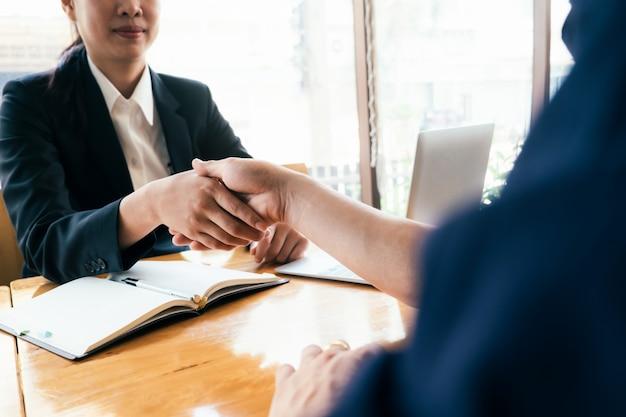 Businessmans-handdruk na goede deal.