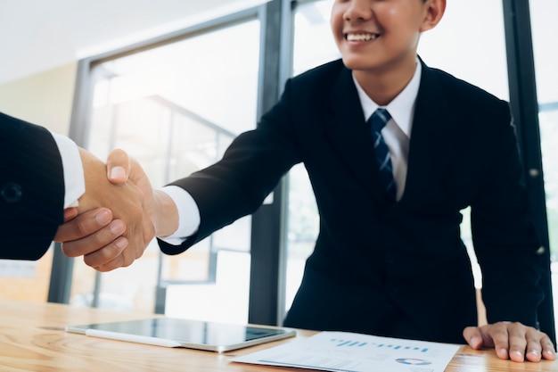 Businessmans handdruk na goede deal.
