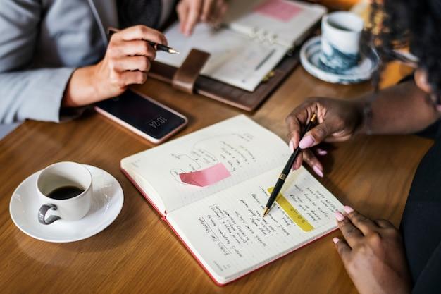 Businesspartners ontmoeten elkaar in een café