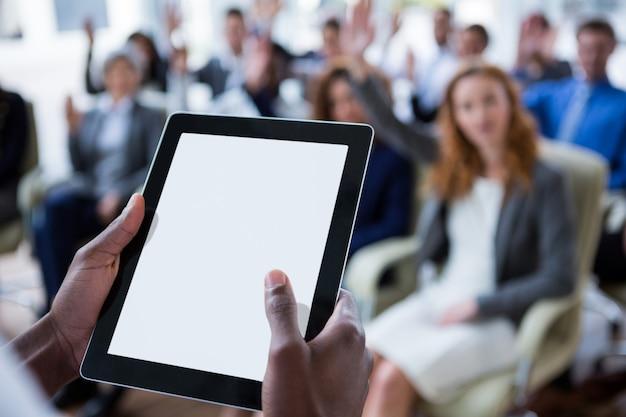 Businessperson die digitale tablet gebruiken tijdens vergadering
