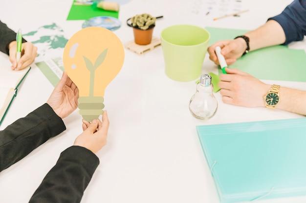 Businessperson's hand met gloeilamp pictogram