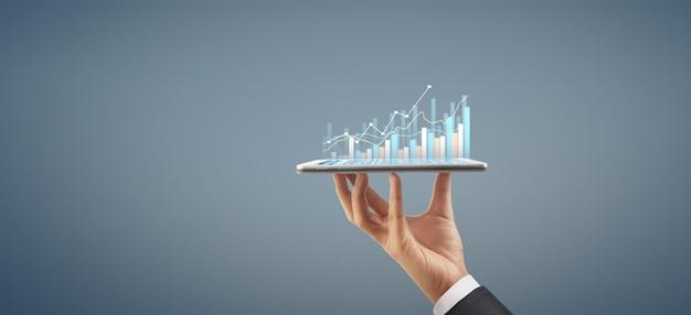 Businessplan grafiekgroei en toename van grafiekpositieve indicatoren in zijn bedrijf, tablet in de hand