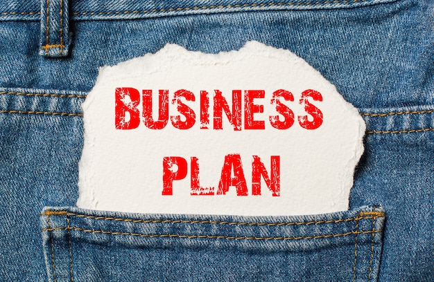 Businessplan op wit papier in de zak van blauwe denimjeans