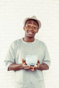 Businness zwarte man met spaarvarken
