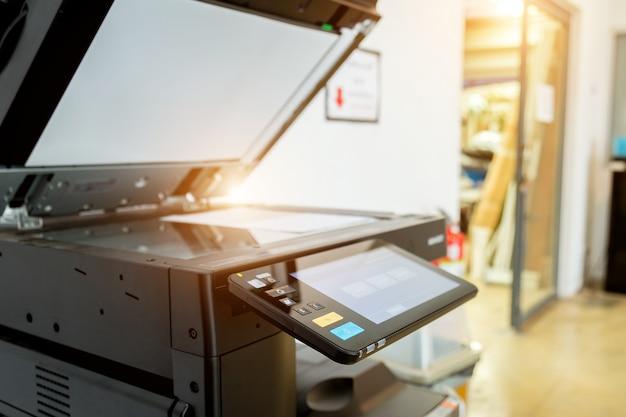 Bussiness man druk op de knop op het paneel van de printer