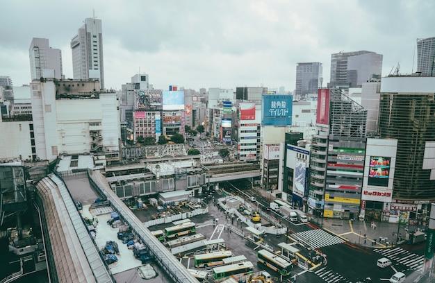 Busstation in de stad met gebouwen