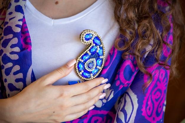 Buta vorm blauwe sieraden pin