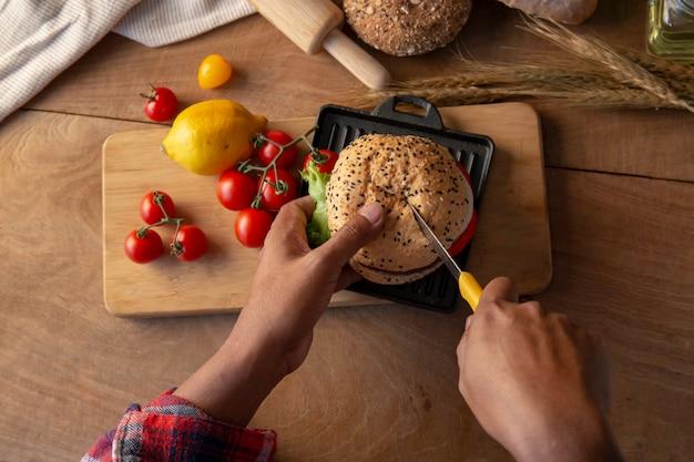 Butler-chef-kok scherpe eigengemaakte hamburger.