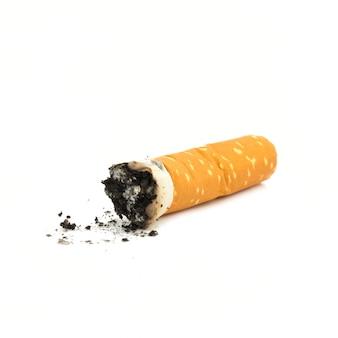 Butte van sigaretten die op witte achtergrond wordt geïsoleerd