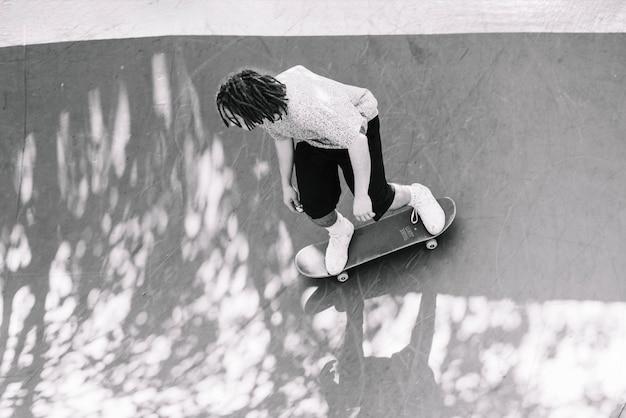 Bw skateboarder op de helling