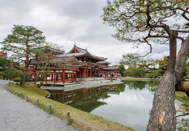 Byodo-in tempel (phoenix hall) is een boeddhistische tempel in uji, kyoto prefecture, japan