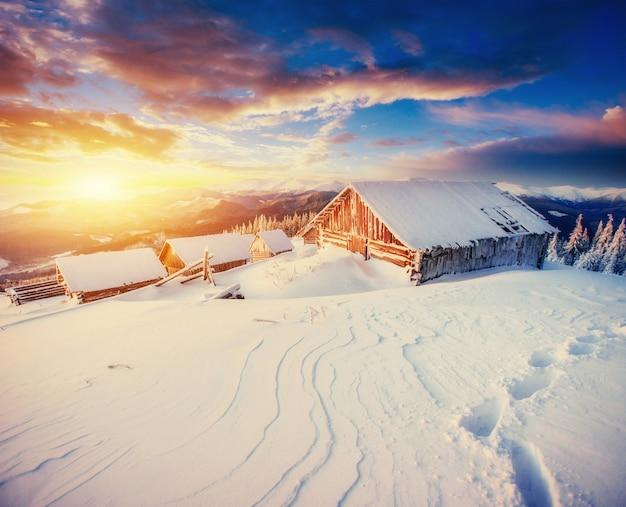 Cabine in de bergen in de winter. karpaten, oekraïne europa