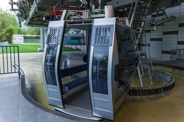 Cabine kabelbaan met open deuren, cabine van kabelbaan