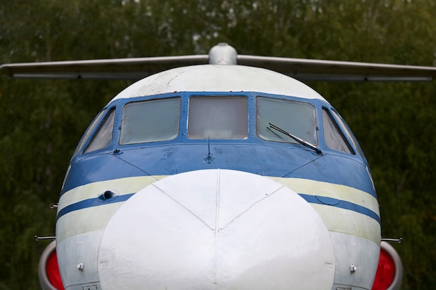 Cabine van een oud militair vliegtuigclose-up.