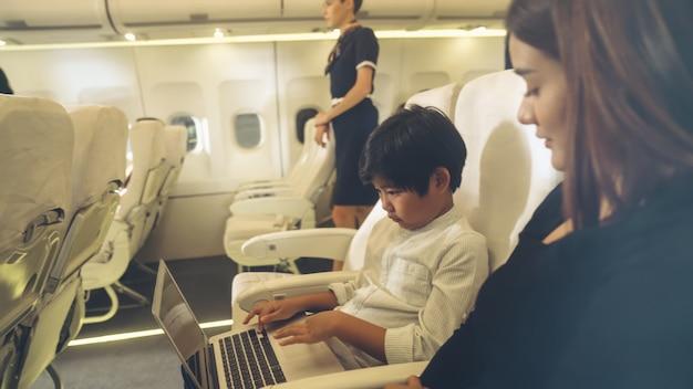 Cabinepersoneel biedt service aan familie in het vliegtuig