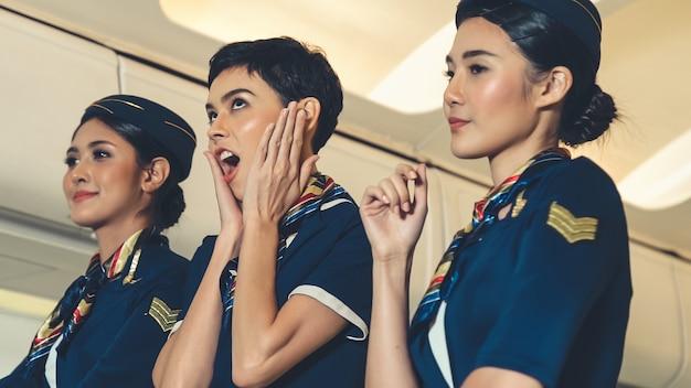 Cabinepersoneel dansen van vreugde in het vliegtuig