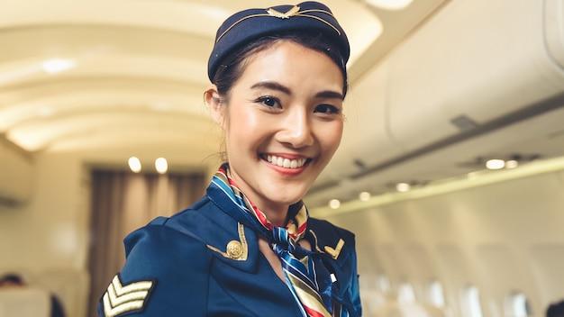 Cabinepersoneel dat in vliegtuig werkt