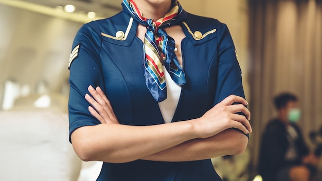 Cabinepersoneel of stewardess die in een vliegtuig werkt