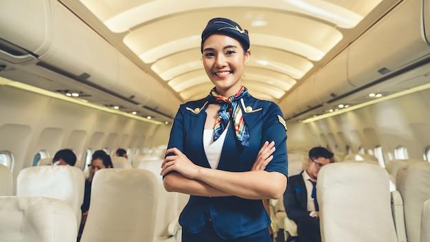 Cabinepersoneel of stewardess die in het vliegtuig werkt. luchtvaartmaatschappij transport en toerisme concept.