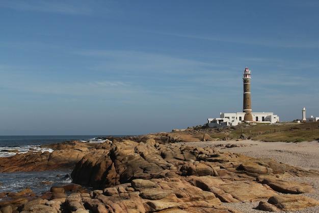 Cabo polonio national park omgeven door de zee onder het zonlicht in uruguay