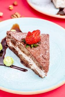 Cacao cake gegarneerd met aardbei
